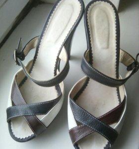 Шлёпки кожаные на каблуке
