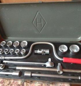 Набор ключей для ремонта автомобиля.