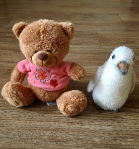 Две игрушки: медвежонок и пингвинчик