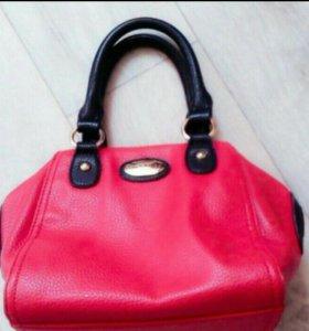 Продам красную сумку.