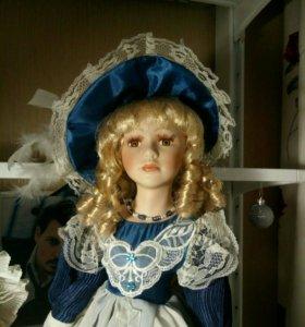 Милая фарфоровая кукла