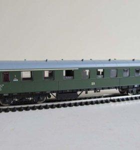Четырехосный пассажирский вагон 1/2 класса.