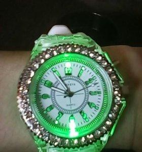 Часы,кварцевые с подсветкой.новые