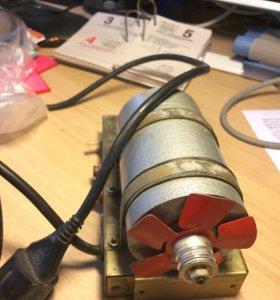 Электродвигатель уад-74 на подставке, с вилкой