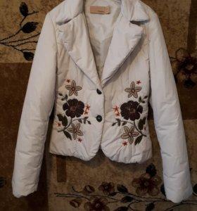 Женская весенняя куртка.