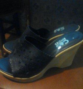 Туфли и шлепки.