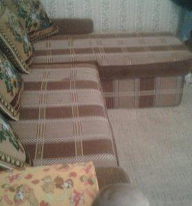 Кухонный уголок и угловой диван.