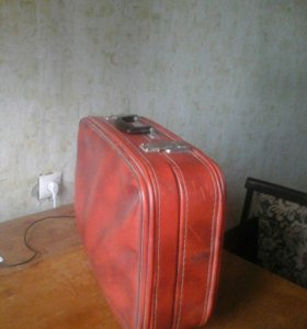 старый чемодан из кожи красного цвета