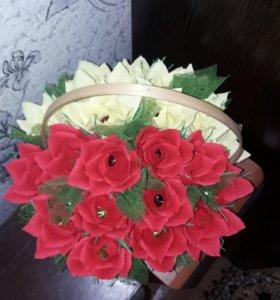 Карзинка с розами, в нутрии конфеты. 25 роз.