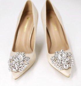 Шикарные туфли с камнями