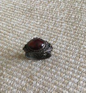 Кольцо из тёмного серебра с гранатом.