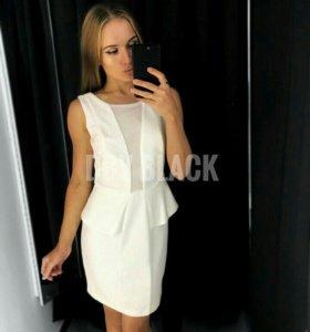 Платье белого цвета с юбкой баской
