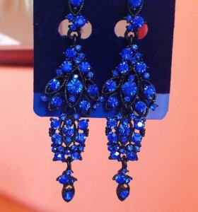 Серьги-люстры насыщенно синего цвета.