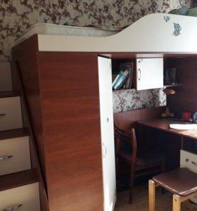 Кровать-чердак с лестницей-ящиками