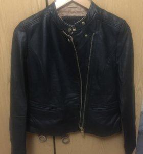 Кожаная женская куртка massimo dutti.