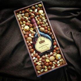 Подарок в коробке с орехами и конфетами