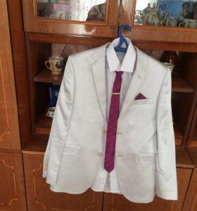 Костюм, рубашка, галстук и зажим