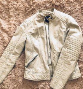Куртка женская кожаная бежевого золотистого цвета.
