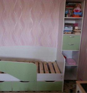 Детская кровать и шкаф пенал