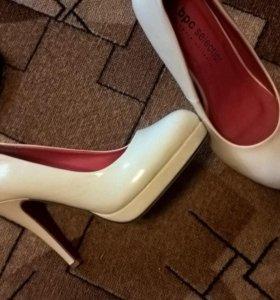 Туфли новые лаковые, красная подошва