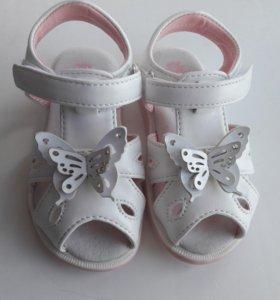 Новые сандали на девочку 21 размер.