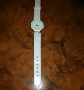 Часы женские новые .