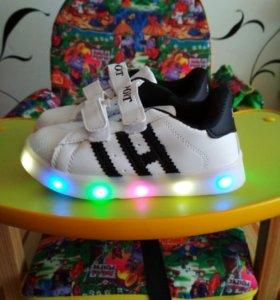 Кроссовки новые детские светящиеся