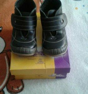 Продам детские демисезонные ботинки.