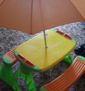 Столик со скамейками и зонтом.