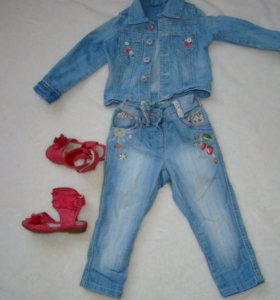Джинсовая куртка, джинсы и босоножки