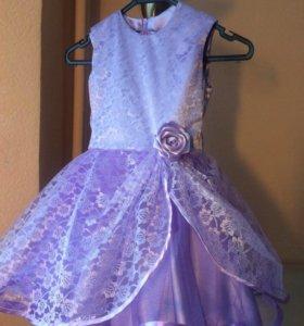 Платье нарядное , новое. Очень яркое .