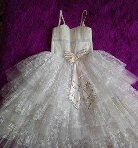 Шикарное пышное платье с сумочкой в комплекте.
