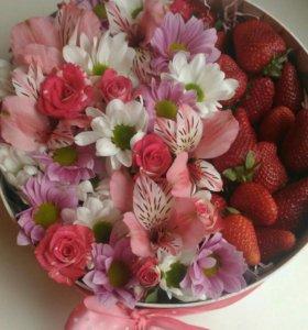 Коробочки с цветами и макарунами или клубникой