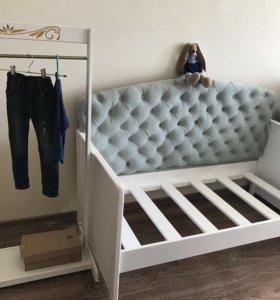 Детская кровать и напольная вешалка