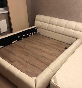 Большая кровать.