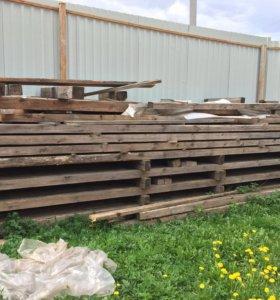 Брус дрова доски после строительства
