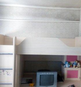 Детская стенка с кроватью на верху.