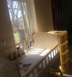 Кровать с маятником, матрасом и тумба с 4-мя ящика