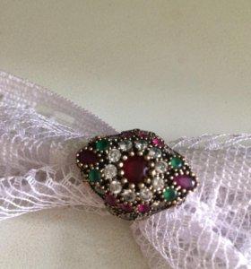 Серебряное кольцо с камнями.