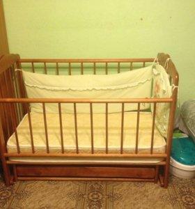 Детская кроватка с матрасом в отличном состоянии.