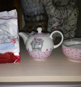 Чайный набор с чайником чашкой и чаем.