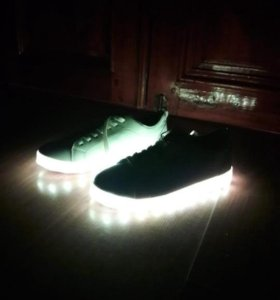 Светящиеся кросовки новые
