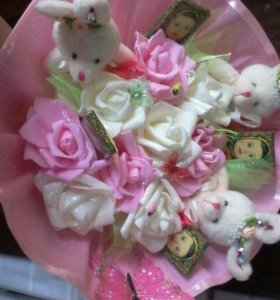 Букет из мягких зайцев и шоколадок Алёнка и роз.