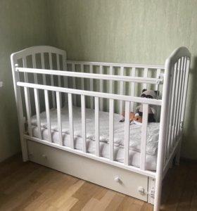 Детская кроватка с маятником и матрасиком
