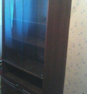 Деревянный шкаф с стеклянными дверцами