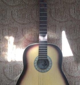 Акустическая шестиструнная гитара