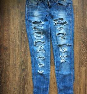 Рваные джинсы пуш ап bershka