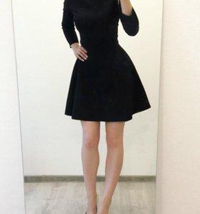Платье, стильное, красивое, с брошью