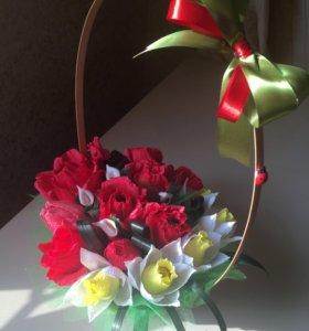 Корзина с цветами букеты из конфет