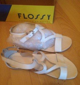 Продаю белые сандалии женские